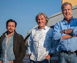 GIKK TIL KONKURRENT: Etter at Jeremy Clarkson (t.h) fikk sparken fra Top Gear etter sesong 22, tok han med seg Richard Hammond (fra venstre) og James May til Amazon Prime og showet «The Grand Tour». Foto: AFP PHOTO / STEFAN HEUNIS