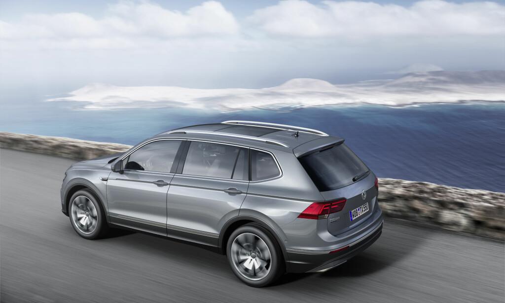 FYLLER ET HULL: Mellom Tiguan og Touareg kommer nå en tredje Volkswagen-SUV, med mulighet for en tredje seterad eller mye mer bagasjeplass: VW Tiguan Allspace. Foto: Volkswagen