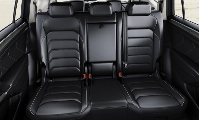 BEDRE PLASS: Den forlengede akselavstanden kommer også baksetepassasjerene til gode i form av bedre plass på annen seterad enn i vanlige Tiguan. Foto: Volkswagen