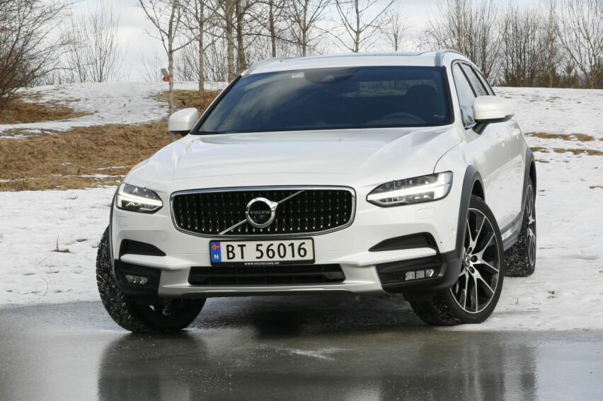 """SVÆR: V90 oppfattes som langt større enn sin forgjenger, og er det også, hvertfall utvendig. Den brede, lange og lave designen appellerer til de fleste som ser den. Norges nye """"Vil ha""""-bil?"""
