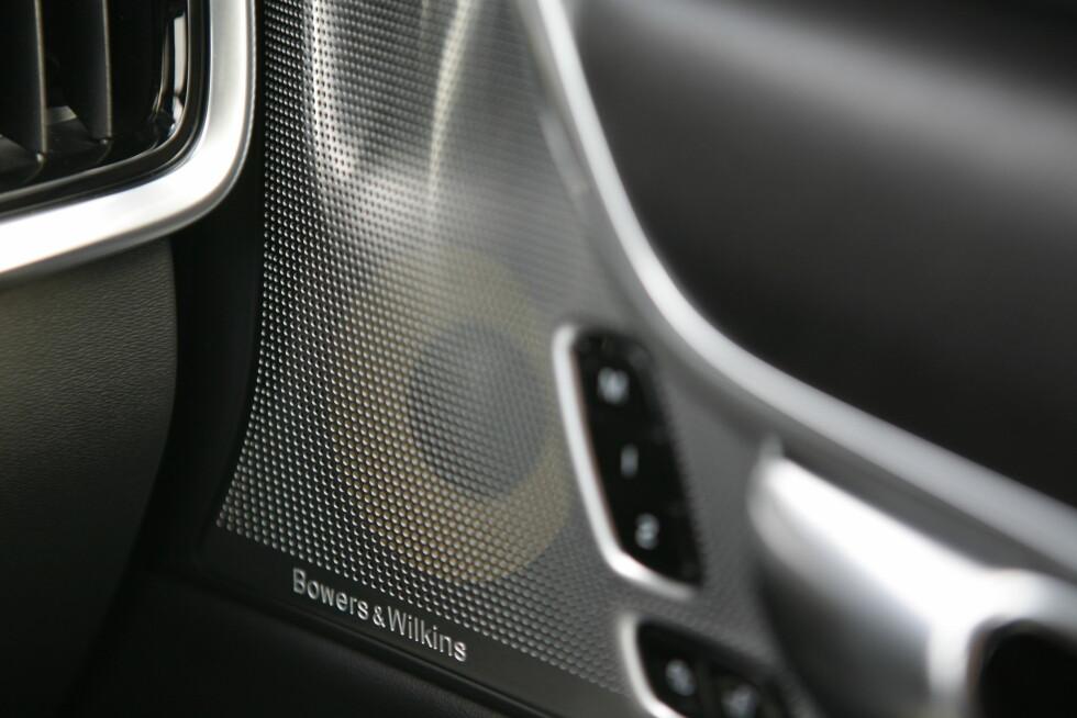 BRA LYD: Bowers &Wilkins står for lydopplevelse. Bra lyd og designmessig skamløs herming av Mercedes' Burmester-design.