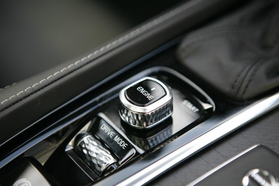 GJENNOMTENKT? Knappene er kule, men tar stor plass. Litt rar prioritering, siden knappefokuset har vært høyt hos Volvo. En startknapp hadde vært nok og dreiehjulet for kjøreprogram burde beholdt forrige valgte modus.