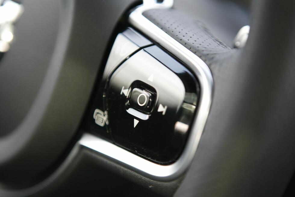 FULL KONTROLL: Det meste styres fra rattet. Til tross for glatt utforming, betjener du alt uten å måtte se ned på knottene.