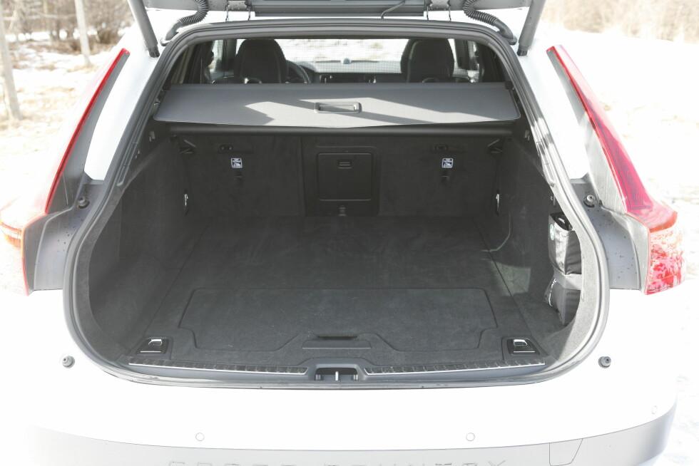 BRA MEN IKKE BEST: Bagasjerommet svelger 560 liter. setene slås ned elektrisk med to knapper i bagasjerommet.