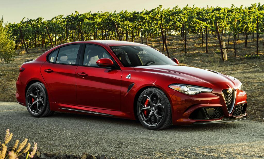 EN NY SJANSE: Denne ble nummer to, bare slått av vinneren fra Peugeot. Alfa Romeo har vært dømt nord og ned - men denne gir nytt håp. Den bakhjulsdrevne bilen går rett i clinch med BMW 3-serie og og C-klasse fra Mercedes-Benz, og sikter til den delen av kundene som ønsker sporty kjøreegenskaper. I likhet med konkurrentene får du bilen med flere motoralternativer, og den største her leverer over 500 hestekrefter. Foto: Alfa Romeo