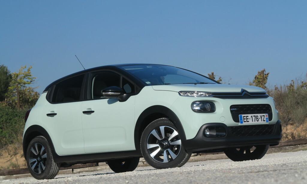 DEN KULE: Denne ble nummer 5. Her har du Citroëns bidrag i småbilklassen, en bil som skal konkurrere med VW Polo og dens like. Citroën C3 nyter godt av PSA-gruppens nye motoriseringer, og merket har igjen begynt å lage biler som har et litt annerledes designspråk. De store tekniske revolusjonene har den ikke fått, men utstyrslisten er blitt lengre, deriblant med et fastmontert dashbord-kamera som standard. Foto: Fred Magne Skillebæk
