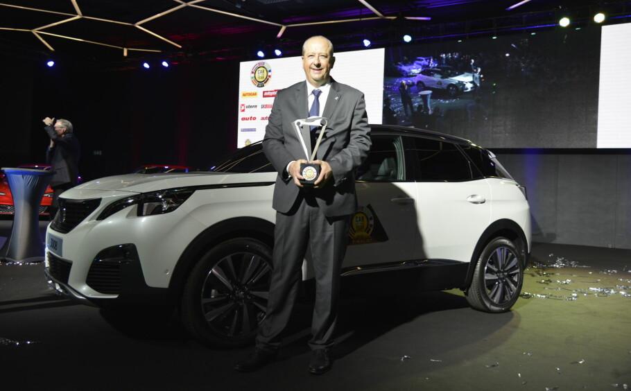 STOLT SEIERHERRE: Direktøren for Peugeot, Jean-Philippe Imparato, med troféet. Bildet er tatt rett etter at det ble kjent at Peugeot 3008 var kåret til årets bil i Europa 2017. Foto: Jamieson Pothecary