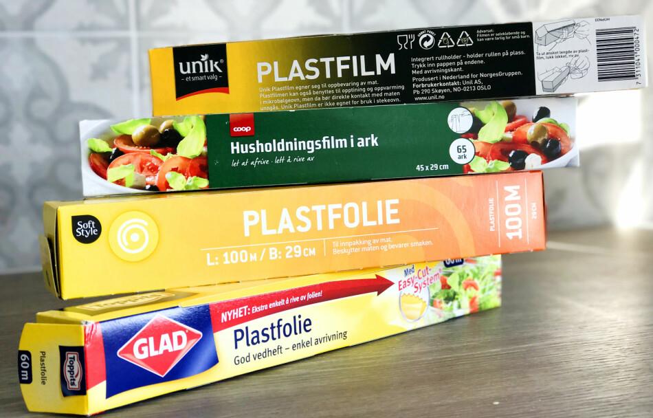 PLASTFOLIE: Hvor irriterende er det ikke med plastfolie som ikke oppfører seg som du vil? Vi har testet fire fra daglivarebutikkene. Foto: Hanna Sikkeland.