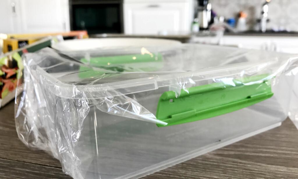 DÅRLIG: Det blir ikke akkurat tett når vi legger Unik-folien på denne plastboksen. Foto: Hanna Sikkeland.