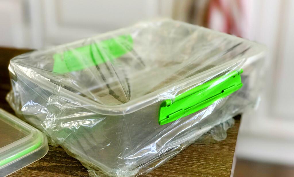 IKKE PERFEKT: Men den sitter i hvert fall bedre på plastikken enn de andre foliene vi har testet. Foto: Hanna Sikkeland.