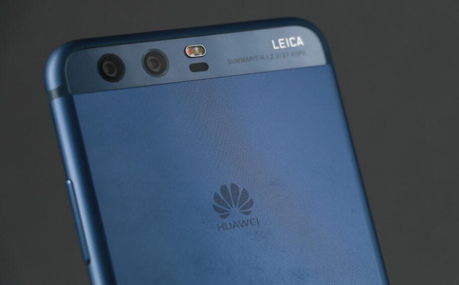 RUGLETE: Huawei har gått for en litt utradisjonell bakside på P10, som ikke er glatt, men ruglete. Foto: Pål Joakim Pollen