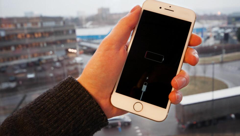IPHONE-BATTERI: Mange har slitt med at iPhone slår seg av. Nå sier Apple at problemet er redusert. Foto: Gaute Beckett Holmslet