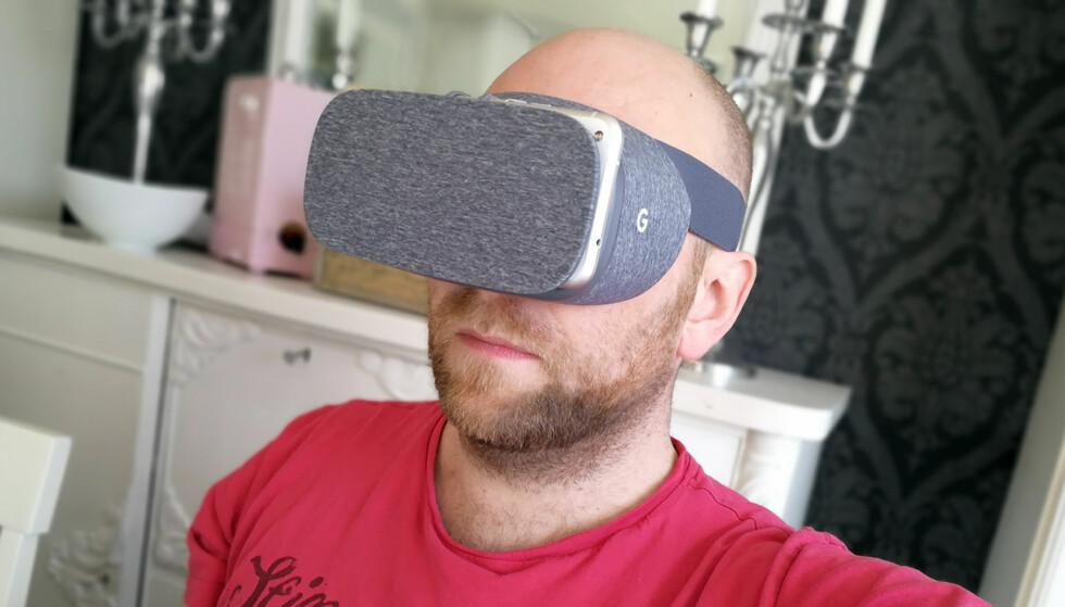 I EN EGEN VERDEN: Daydream View er Googles egne VR-briller. Foto: Pål Joakim Pollen