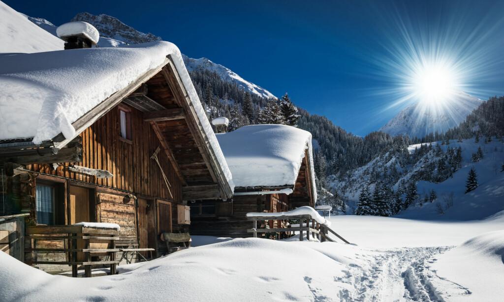 STRØM-STRAFF: Bruker du hytta sjelden om vinteren, kan du komme til å merke det godt på strømregningen om du tar en kort helgetur dit. Foto: Shutterstock/NTB scanpix
