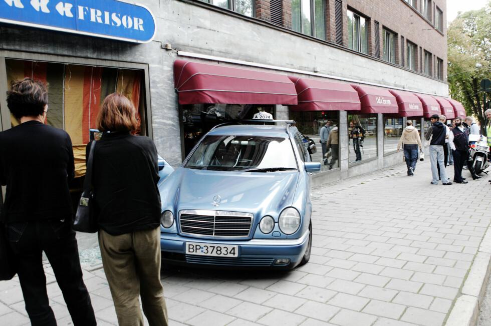 OSLO, NORGE 20040913. Til alt hell satt det ingen gjester i frokostsalen da en førerløs bil fra Oslo Taxi fant vegen inn gjennom vinduet til Cafe Europa i Oslo sentrum mandag ettermiddag. I følge sjåføren var han inne for å levere en pakke og da han kom ut igjen var bilen borte. Foto: Cornelius Poppe / SCANPIX .