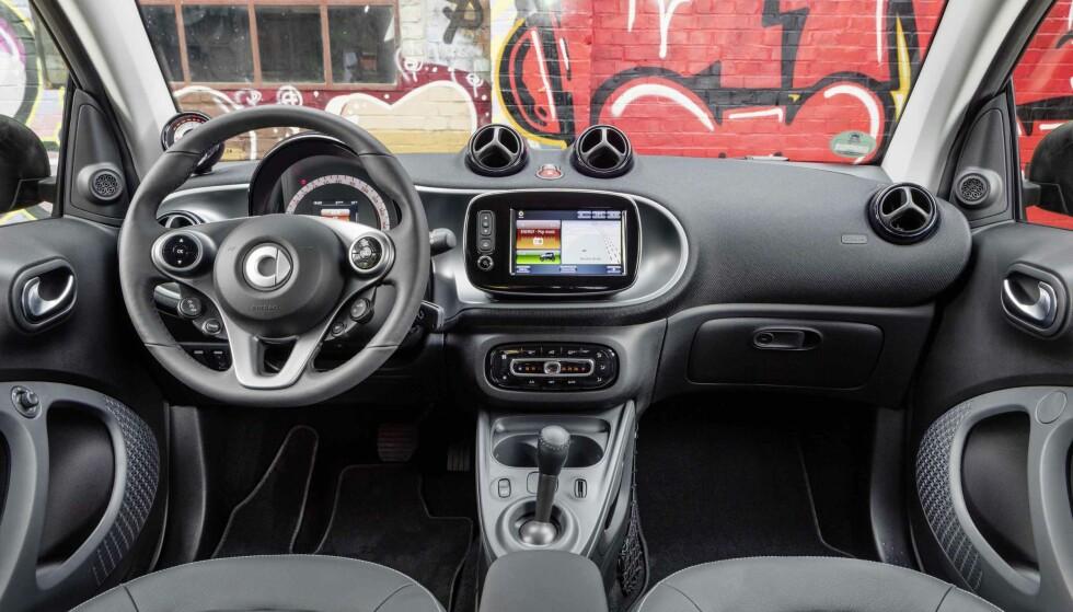 BASIC: Smart er en småbil og det synes, men det viktigste er på plass, med betjening av elbilens funksjoner via den midtmonterte berøringsskjermen. Foto: Smart