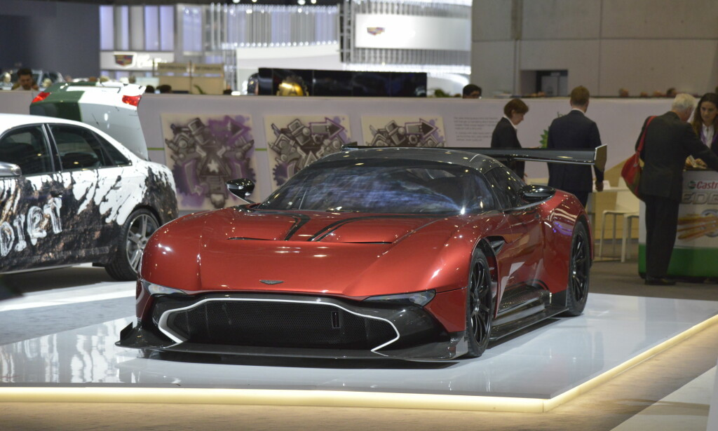 FYRRIG: Aston Martin Vulcan fremkalte mange store gisp da den ble vist i 2015 - her er superbilen i en varm kobberrød tone som kler den godt. V12-motoren under karbonskallet produserer 800 hestekrefter og eierne må begrense seg til bruk på bane. Design er ved Marek Reichmann. Foto: Jamieson Pothecary