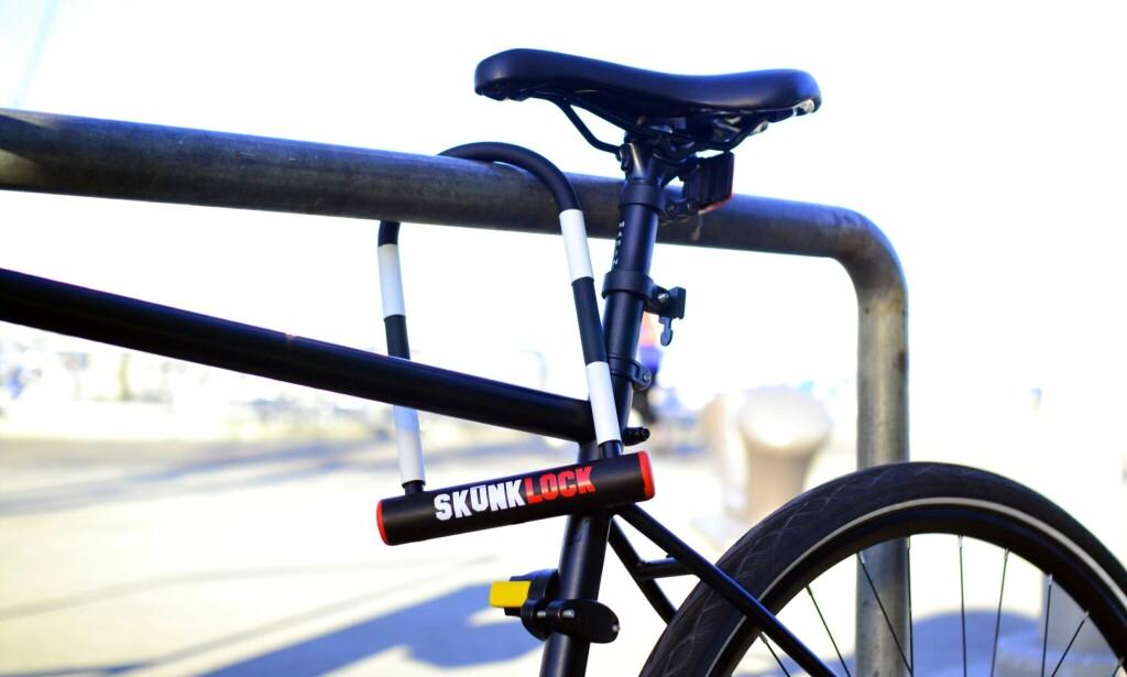 STINKER: Denne sykkelåsen overrumpler tyven med en forferdelig lukt dersom hun eller han prøver seg. Foto: Skunklock