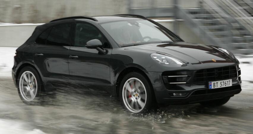 DEN BESTE: Porsche er konge på haugen i konkurransen om kjøreglad SUV. Man blir sittende og undre på hvor de to tonnene som bilen veier har tatt veien. Foto Rune M. Nesheim