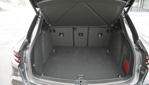 STORT: Til tross for en kompakt design, er det god plass i bagasjerommet. Baksetet kan deles 40/20/40. Foto Rune M. Nesheim