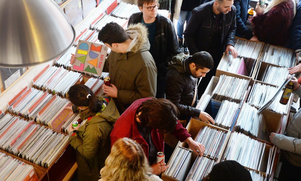 VINYLFEBER: I Storbritannia utgjør nå LP-salget mer i kroner og øre enn salget av digital, nedlastbar musikk. Her fra en vinylbutikk i London. Foto: John Stillwell/PA Phostos/NTB scanpix