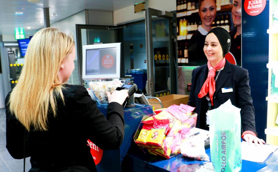 GENIALT: «Klikk & Hent»-tilbudet som nå er tilgjengelig ved norske flyplasser, sparer deg for mye tid i taxfree-butikken når du er på vei hjem fra ferie. Foto: Kristin Sørdal.