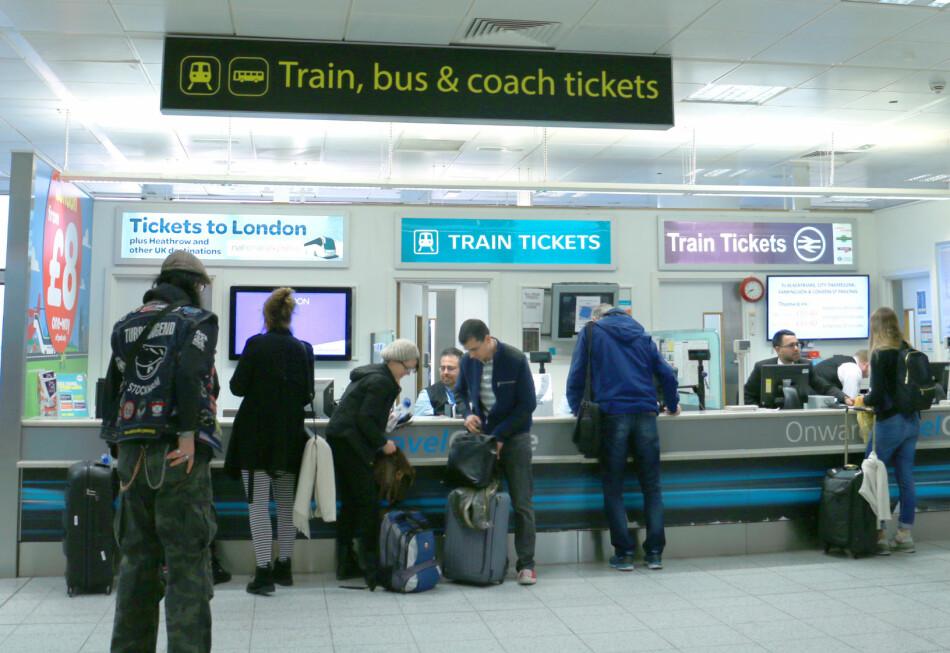 HVA ER BILLIGST OG BEST? Det billigste er bussen, men det raskeste er toget. Det beste er uansett å bestille billetter hjemmefra og i god tid i forveien: Det er billigst. Og du slipper å stå i kø på flyplassen for å kjøpe billett. Foto: Hanna Sikkeland