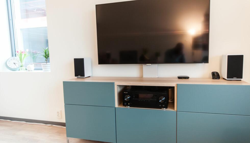 <strong>«SVEVER»:</strong> TV-benken blir litt ryddigere når TVen løftes opp. Det ser nesten ut som den henger på veggen. Foto: Gaute Beckett Holmslet