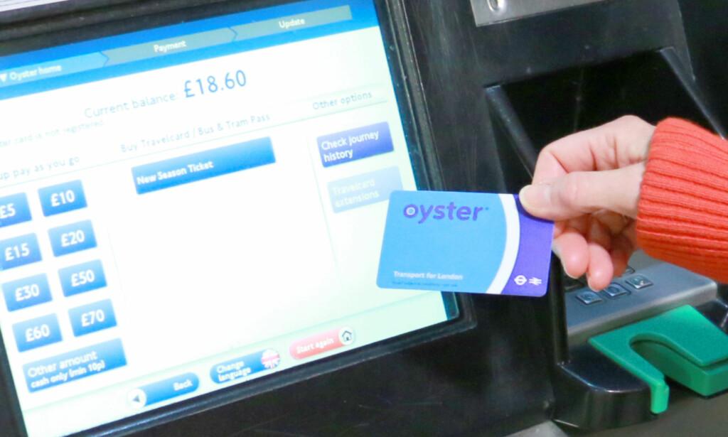 DU KAN BETALE MED OYSTER-KORT: Oyster er et betalingskort du kan bruke til å betale reiser på T-bane, buss og tog i London med. Du fyller det med penger - så vil du automatisk bli trukket for korrekt billettpris. Du kan også bruke det til å betale togreisen fra Gatwick til London, men da kan du oppleve at det blir dyrere. Og du går glipp av eventuelle rabatter, som tur-retur-rabatt. Foto: Berit B. Njarga