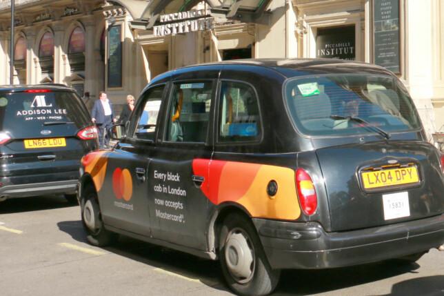 TAXI? Om du vil reise med taxi til og fra flyplassen, eller om du bruker det til transport i sentrum: Pass på at bilen har drosjeløyve. Bilen skal ha et merke som forteller deg at den er lisensiert og lovlig - som det grønne og hvite merket i bakruten på denne taxien. Foto: Kristin Sørdal