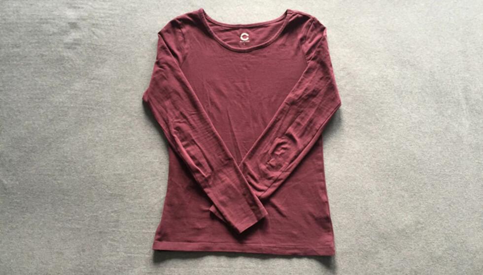 2. Brett så inn armene halvveis på hver side over genseren.