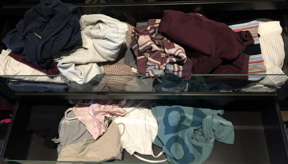 <strong>BOMBA:</strong> Når man skal finne seg klær i full fart en travel morgen, skjer det lett...Foto: Linn M. Rognø.