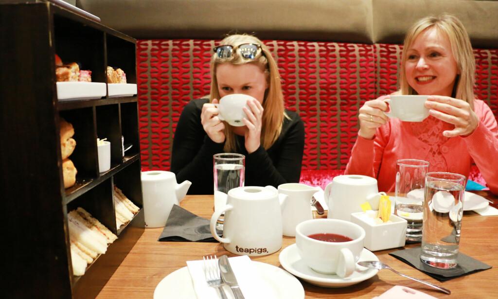 TE OG KAFFE: Er du te- eller kaffetørst, og litt småsulten i tillegg, er det ikke noe å si på prisen på rundt 150 kroner per person. Foto: Berit B. Njarga