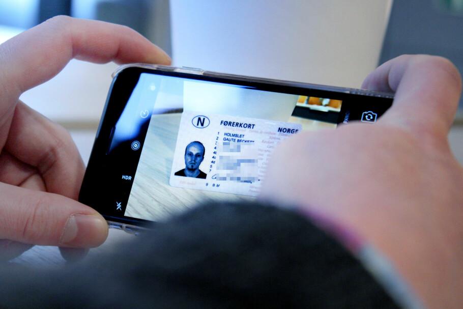 RISIKABELT: Å sende bilder av for eksempel førerkortet ditt er noe både banker og sikkerhetsfolk advarer mot. Likevel ber flere tjenester om at du gjør nettopp dette. Foto: Ole Petter Baugerød Stokke