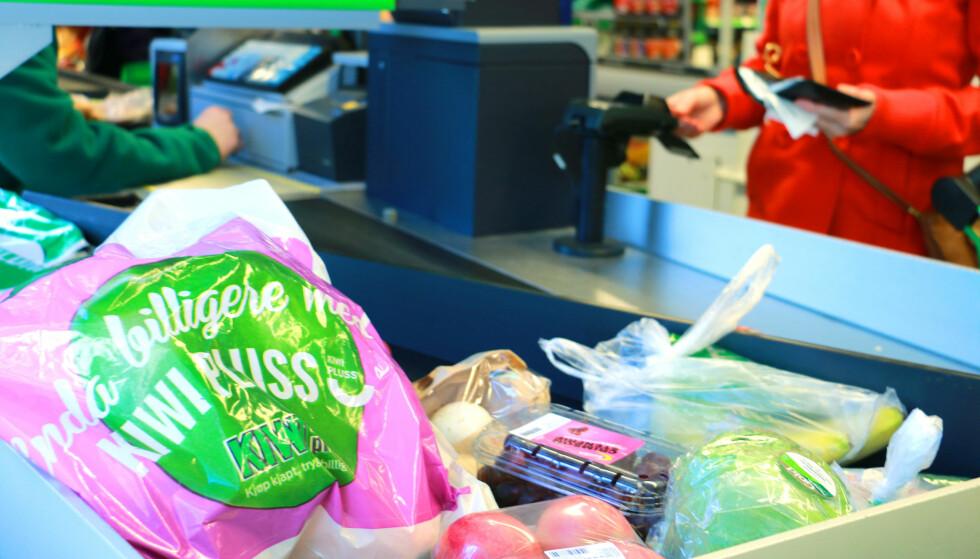 KIWI VINNER MED RABATT: Kiwi er billigst når vi trekker fra bonus ved bruk av Trumf og Kiwi Pluss. Men uten rabatter er det Rema som er billigst. Foto: Hanna Sikkeland