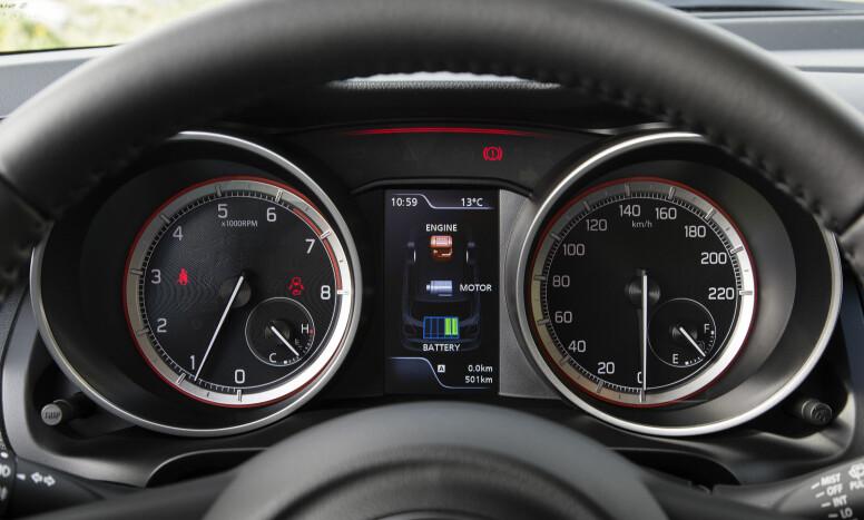 LETT HYBRID: I TFT LCD-skjermen mellom turteller og speedometer vises status på hybriddrivlinjen om man ønsker det. Foto: Suzuki