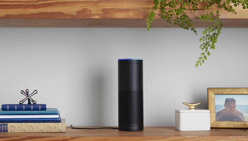 ALEXA: Apple har Siri, Amazon har Alexa. I Amazon Echo sitter nettopp den digitale assistenten Alexa klar til å hjelpe deg med å styre stuen. Foto: Produsenten