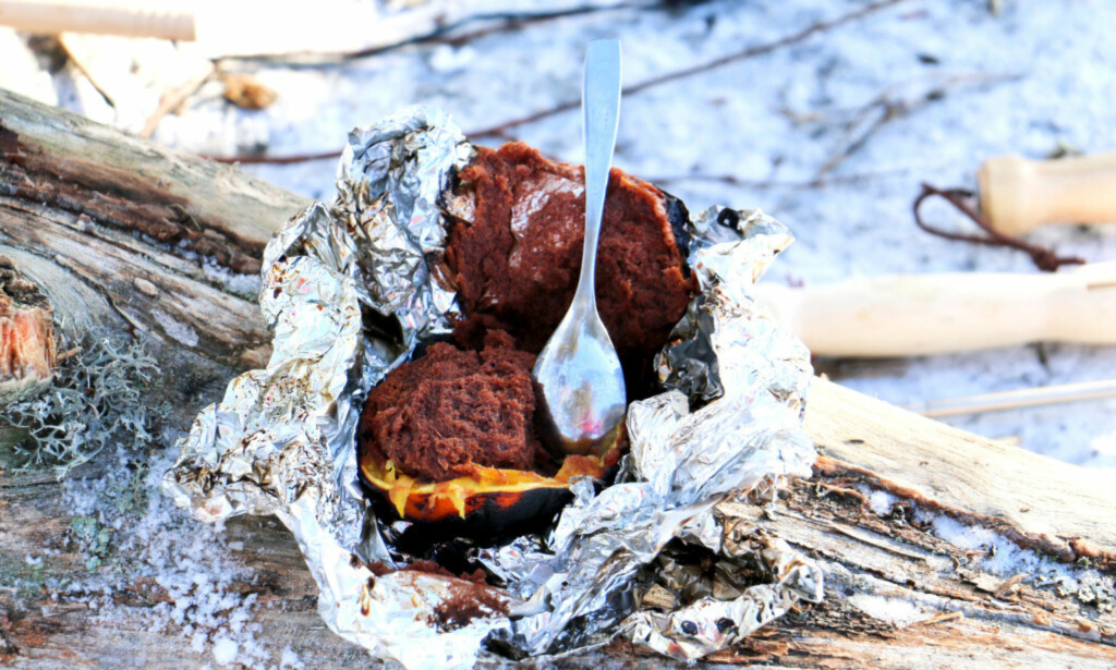 SJOKOLADEMUFFINS: Rykende fersk og varm sjokolademuffins med appelsinsmak, stekt på bålet, er ikke feil når man er tur. Foto: Kristin Sørdal.