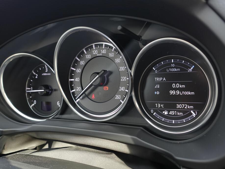 SPORTSLIG: Tre målere i god gammel GTI-ånd. Den digitale kjørecomputeren er ny. Foto: Rune M. Nesheim