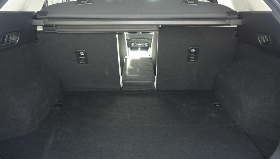 MARGINALT STØRRE: Bagasjerommet er 6 liter større med 506 liter. Det er tredelt og nedfelling skjer med spaker på sidene. Bagasjetildekkingen virker derimot litt stusselig. Smuglerrommet under gulvet har økt fra 10 til 30 liter. Rune M. Nesheim