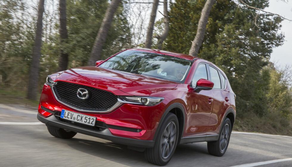 KJØRER BRA: CX-5 er blitt både snillere på veien og understyrer mindre enn før. Den er også mer stillegående. Foto: Mazda