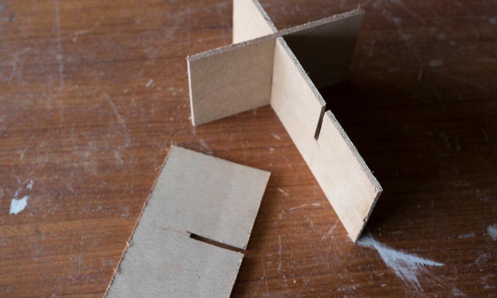 DELER: En romdeler i bunnen av kassen er enkel å lage. Fordelen er at flaskene ikke klirrer og man kan ha ekstra plass til ulike flasker. FOTO: Simen Søvik