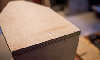KORTSIDE: Kortsiden skal inntil bunnen. Langsidene kommer utenpå kortsidene. FOTO: Simen Søvik