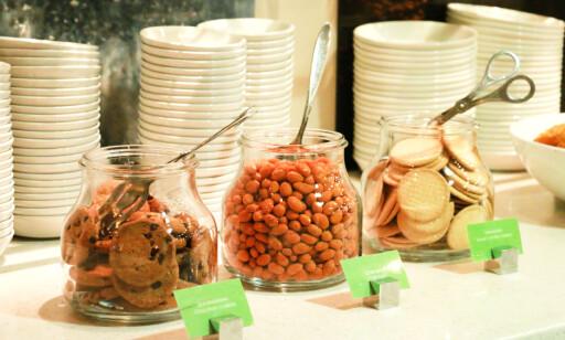 SNACKS: Det var rikelig av både snacks og mat da vi besøkte loungen på Gardermoen. Foto: Hanna Sikkeland.