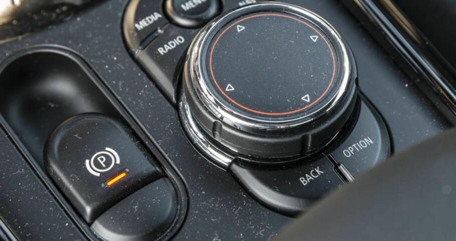 <strong>Elektronisk håndbrekk:</strong> Vi har undersøkt hva som skjer om du drar i det elektroniske håndbrekket på bilen. Foto: Jamieson Pothecary