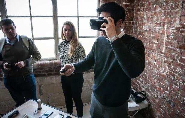 HÅNDKONTROLL: Fra nå av selges Gear VR med håndkontroll. På bordet ser du også den nye utgaven av Gear 360, som kommer til Norge i løpet av mai. Foto: Gaute Beckett Holmslet