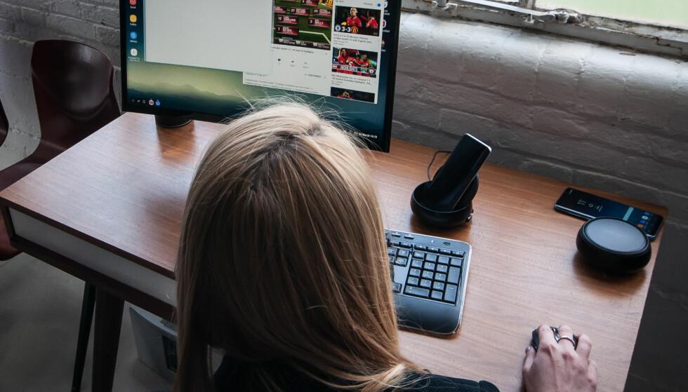 MINI-PC: Her er en Galaxy S8 satt i DeX, og telefonen kan dermed brukes som en «vanlig» PC. Helt til høyre på pulten er en DeX slik den ser ut sammenslått. Foto: Gaute Beckett Holmslet