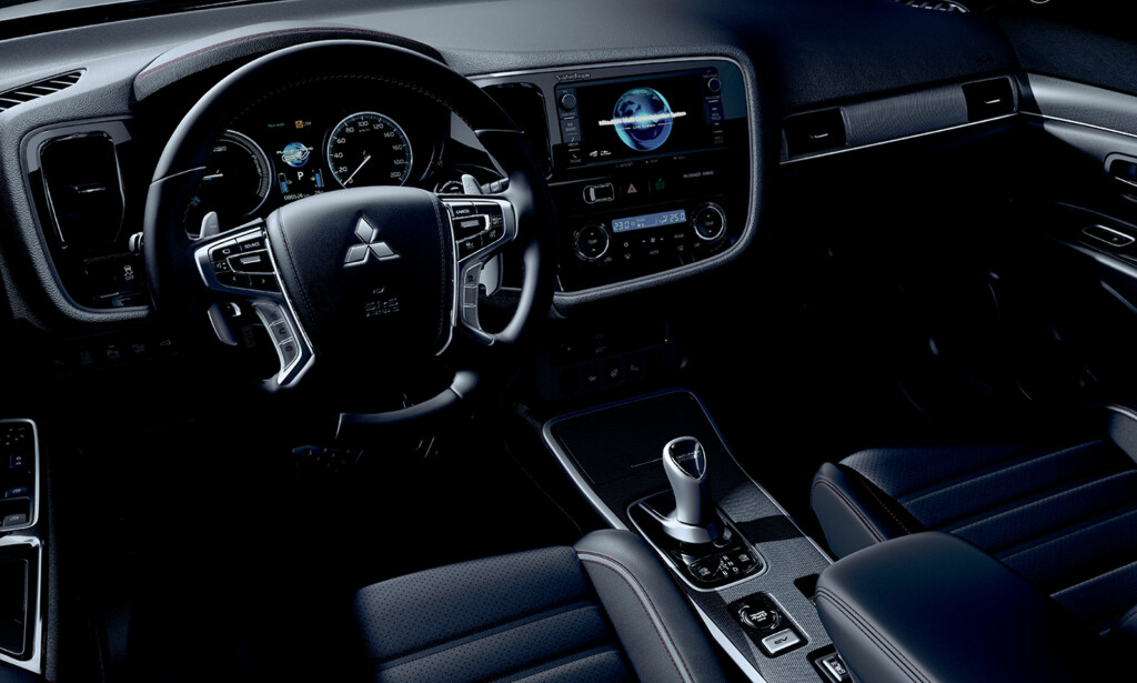OPPGRADERT: Interiøret i Outlander PHEV er ikke det mest moderne på markedet lengre, men med S Edition får man mer godfølelse, med seter som gir enda bedre støtte, bedre materialvalg og sømmer både her og der. Foto: Mitsubishi
