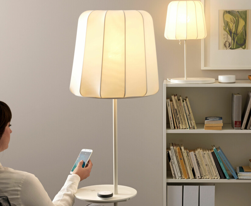 SMART STYRING: Styr lyssettingen og fargetemperaturen med app på mobilen eller fjernkontroll (på bordet). Foto: Produsenten