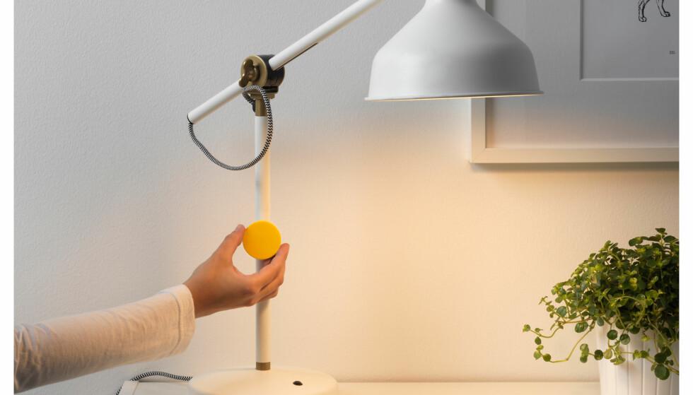 MAGNETISK: Er lampen av metall kan du feste dimmeren på lampen. Det følger også med veggfeste og dobbeltsidig teip. Foto: Produsenten